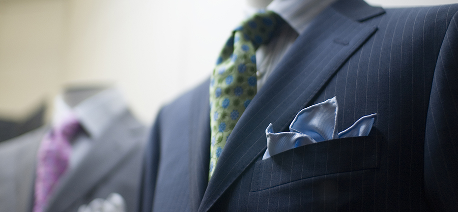 Grey_and_navy_suit_on_mannequin